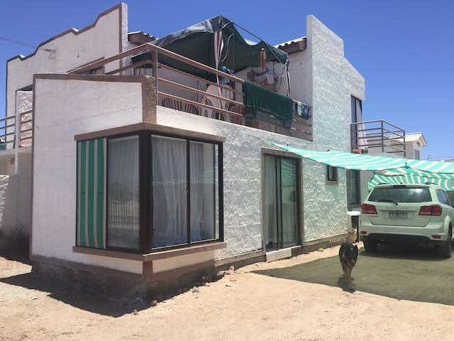 Dormitorio #1 en casa amplia a pasos de la playa