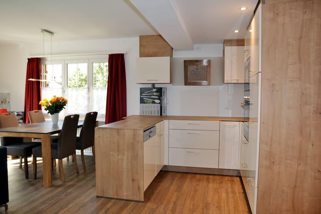 ...mit top-moderner Küche und...