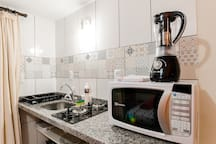Detalhe mini-cozinha completa.