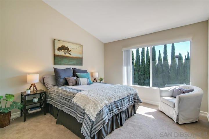 Bright Quiet Room, Attached Bath & Walk-in Closets