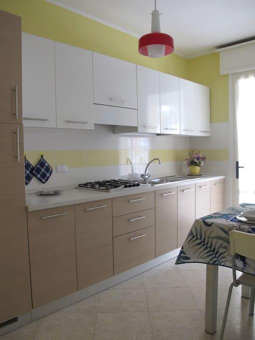Cucina completa con TV-Sat e terrazzo