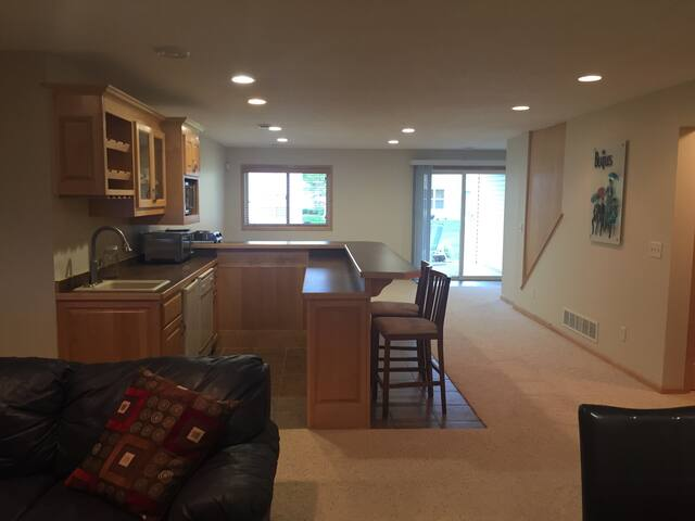 Private apartment in lower level - Osseo - Apartment