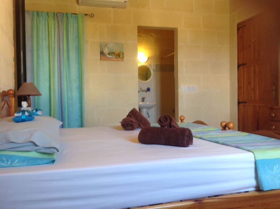 The Twin Room has a full ensuite bathroom, heating and airconditioning.