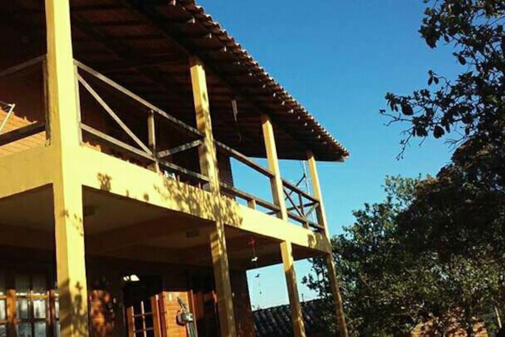 Fachada com detalhe da varanda superior