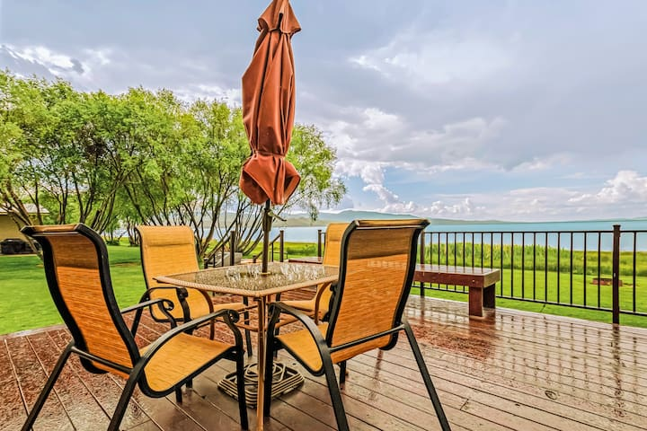 Lakefront family cabin w/ large deck & great views of Bear Lake!