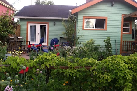 Charming Bungalow, Garden Sanctuary - Bellingham