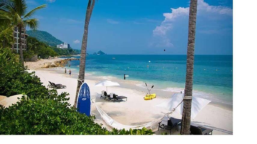 Authentic Villa Escape - 3 mins to the BEACH!
