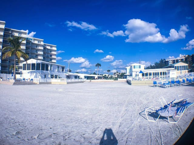 Bright & beautiful beachfront condo on Siesta Key