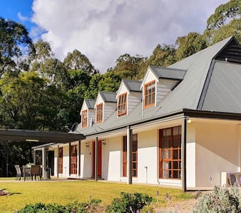 Hunter Valley Guesthouse: acres, wifi & wine tours