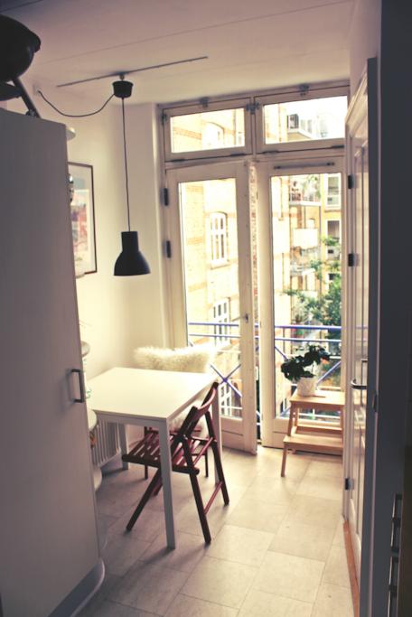 Spiseplads i køkkenet med franske altandøre