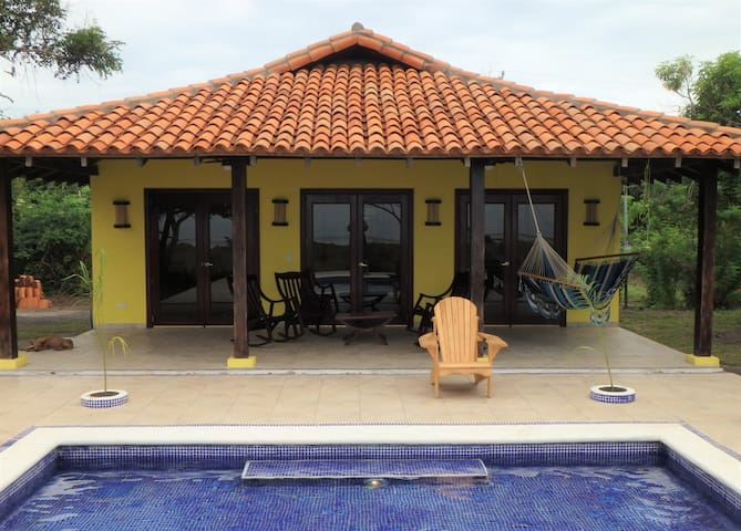 Playa Tesoro 42:Yellow Beach House & Pool - León - House