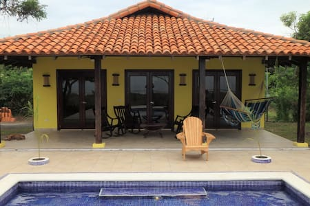 Playa Tesoro 42:Yellow Beach House & Pool - León