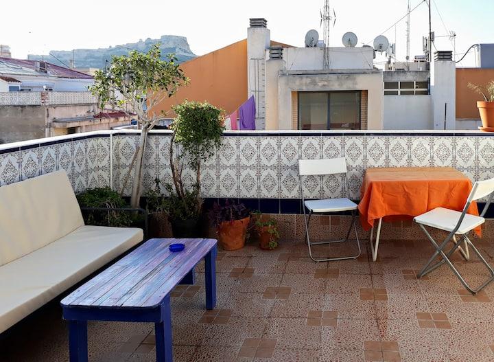 Ático con terraza y bonitas vistas al castillo.
