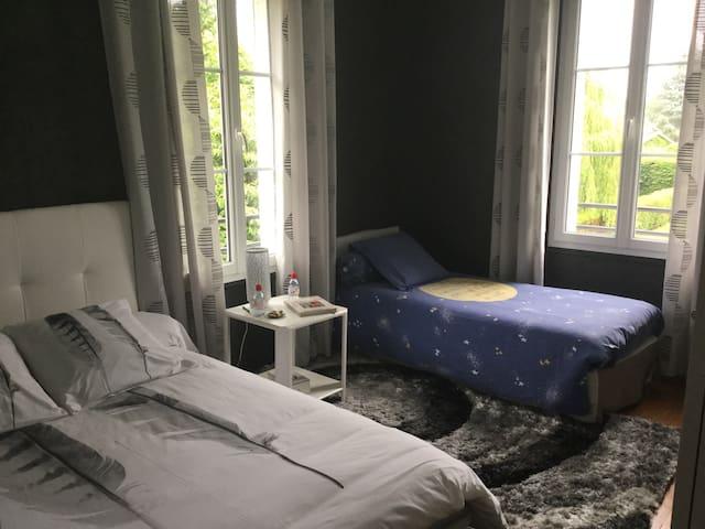 Chambre 2, nord/est, à l'étage, lit 2 personnes et lit 1 personne