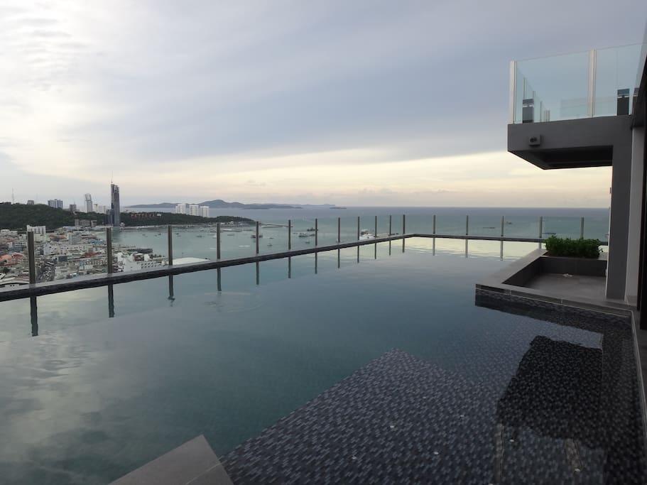 Swimming pool in panoramic view (31st floor)