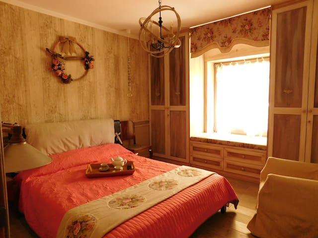 Το κύριο υπνοδωμάτιο την ώρα της μεσημερινής σιέστας στην καλοκαιρινή του εκδοχή!