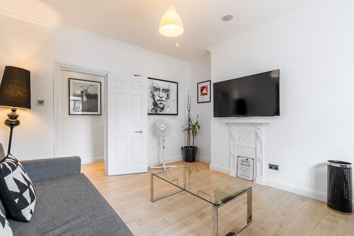 Spacious 2BR Home by Oxford Street! 6 guests