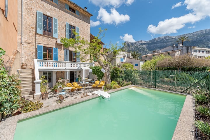 Air-Conditioned Holiday Home with Pool, Wi-Fi, Balcony and Patio