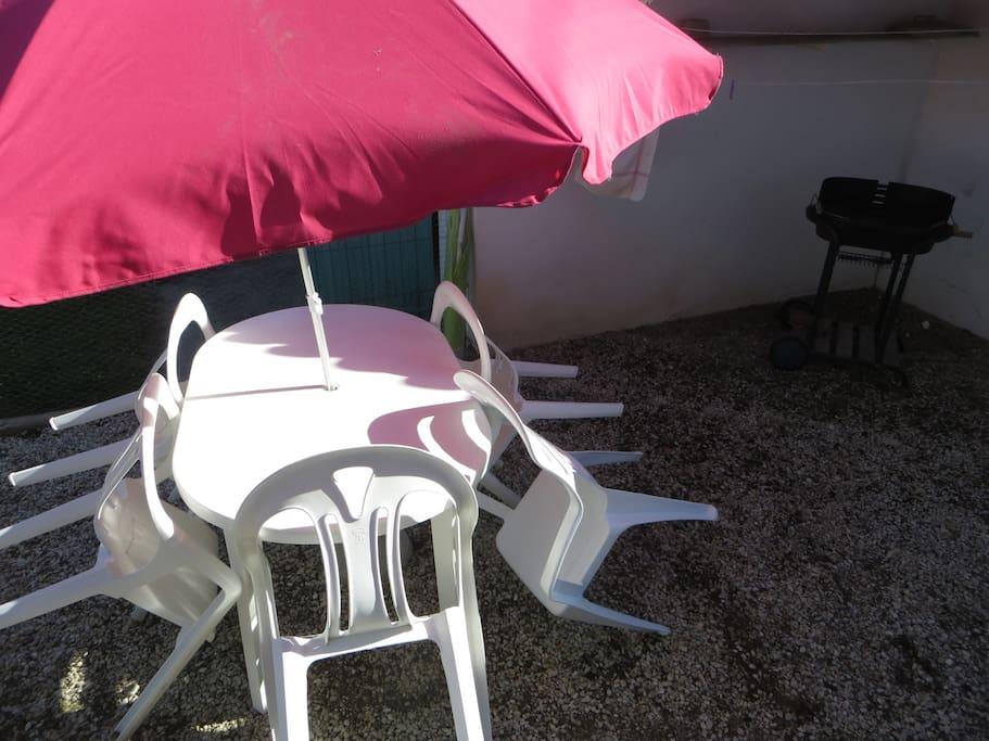 barbecue est à l'abri, possibilité rangement des parasols (1gd +1 pt pour plage)