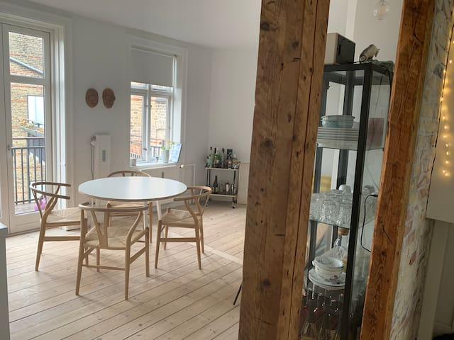 2 Room in hip Vesterbro (CPH City) with balcony