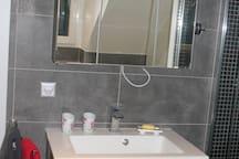 Lavabo, miroir, meubles intégrés, sèche  cheveux