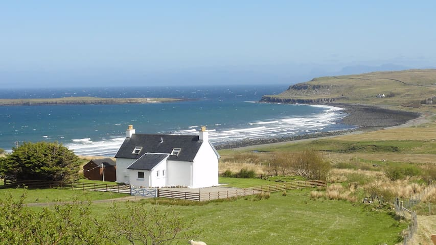 Driftwood Cottage Skye - 2 bedrooms with seaview