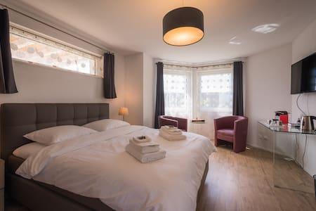 """Chambre d'hôtes - Passifleur, (Delemont), Guestroom """"Passifleur"""", (Delémont), 1-2 pers., 1 room"""