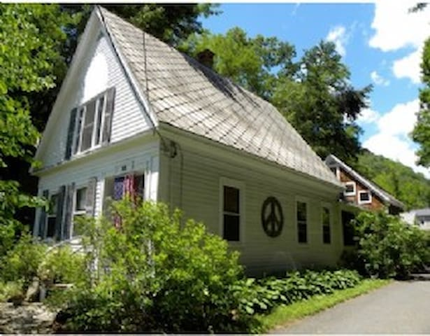 The Railroad House - Shelburne Falls - Apartmen