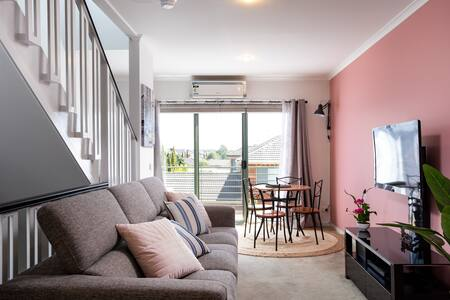 Townhouse 2BR, Highpoint Shops c/w Balcony & Wifi