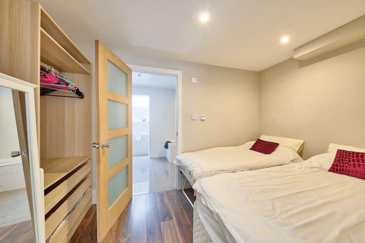 SW London-large modern flat. Great transport Links