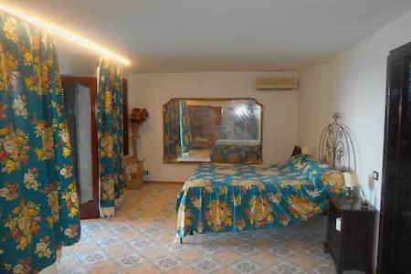 camera da letto con balcone vista mare