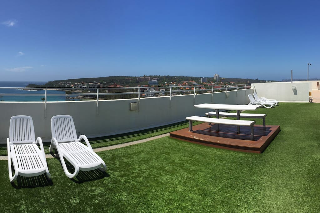Common roof top sun deck and BBQ area