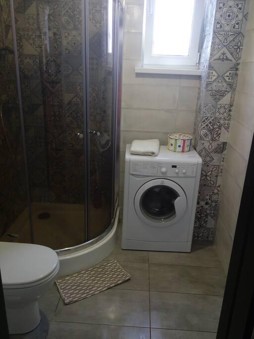 Душ,туалет,стиральная машина,полотенца,мыло,шампуни и туалетная бумага.
