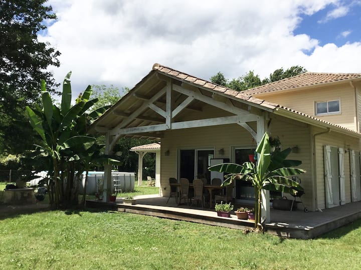 Maison en bois avec terrasse et jardin