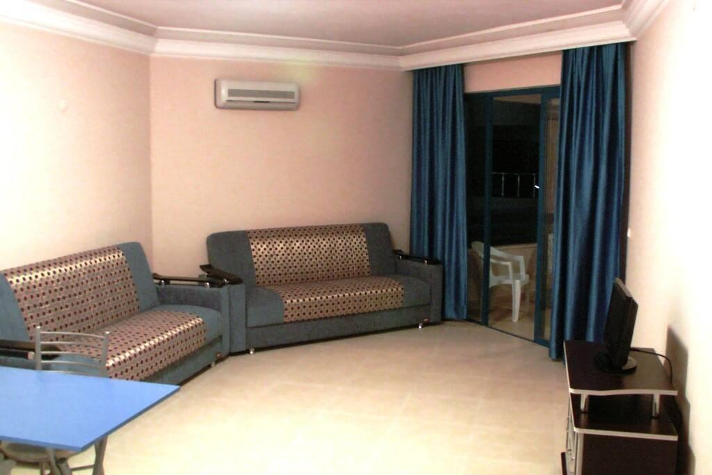 Два двухспальных дивана в гостинной