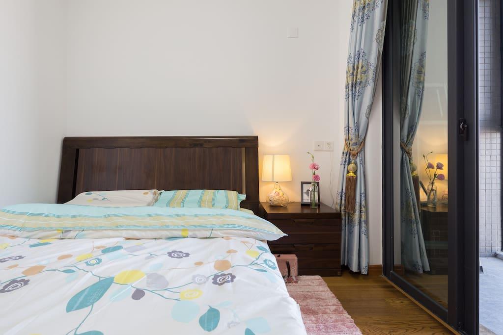 卧室带阳台,一米五大床,配全新乳胶舒适记忆枕。