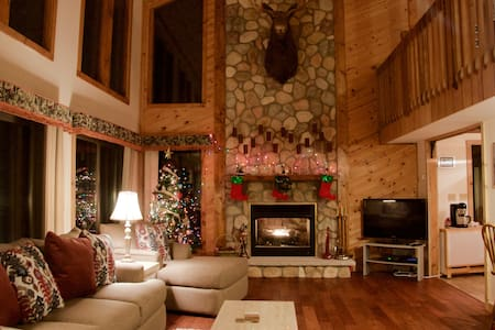 Beautiful Cozy Cabin in Poconos -15 min to Shawnee - Bushkill