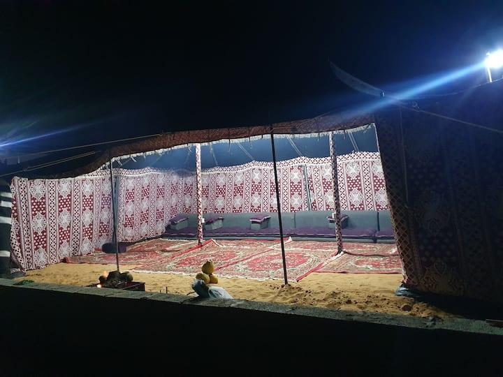 مخيم مجهز بخيام نوم وحمامات