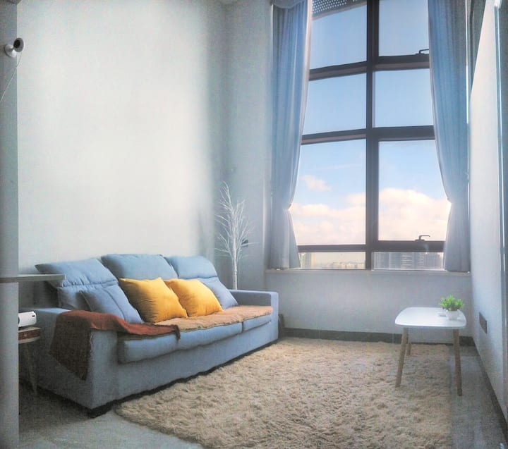 深圳北红山站旁边 温馨复式房 落地玻璃 投影机 1.8米乳胶大床 可煮食洗衣 免费泊车 24小时保安