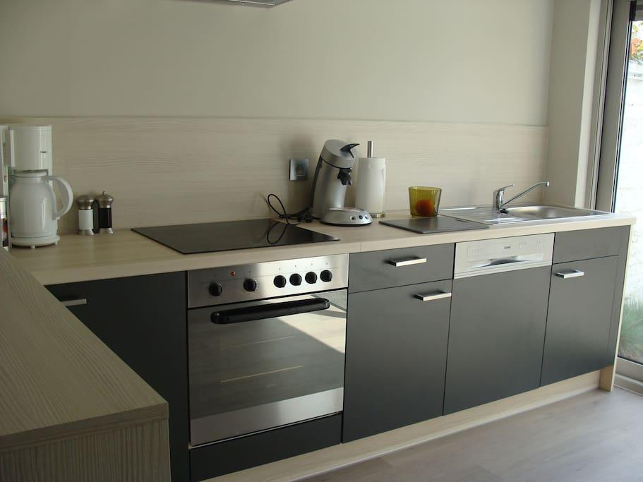 Open keuken,voorzien van alle nodige kookgerief, vaatwas, oven, microgolf, koffieset+senseo, electrische kookplaat, broodrooster ea.
