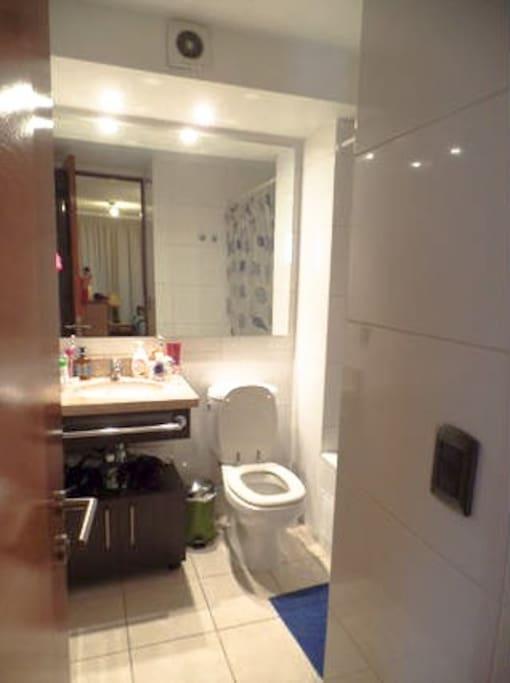 Baño privado con ducha de tina y cortina