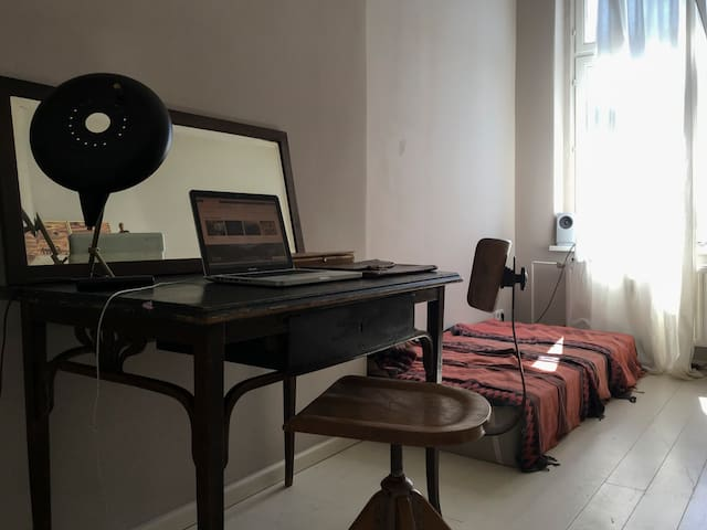 Nice little sunny room in the heart of Kreuzberg
