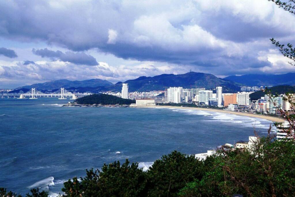 해운대 바닷가 그리고 동백섬 멀리 광안대교의 모습!!!