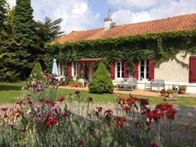 Maison Charentaise avec Piscine et salle de sport - Saint-Bonnet - Casa