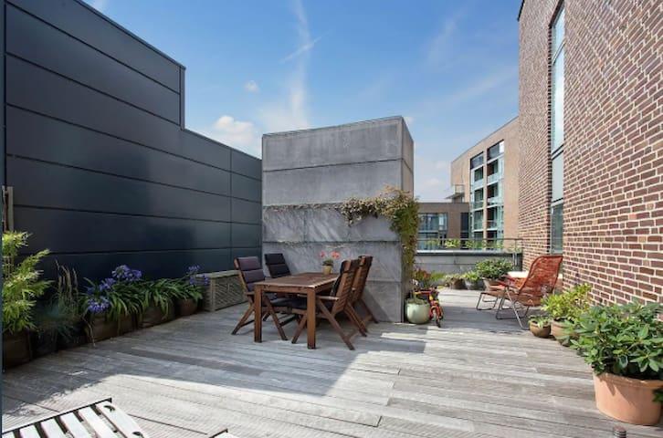 Central moderne lejlighed med egen tagterrasse