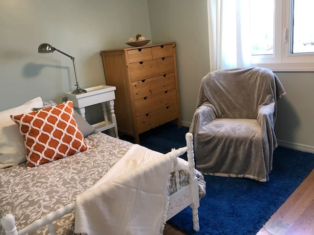 Room In  Comfortable  Family Home - Single Woman