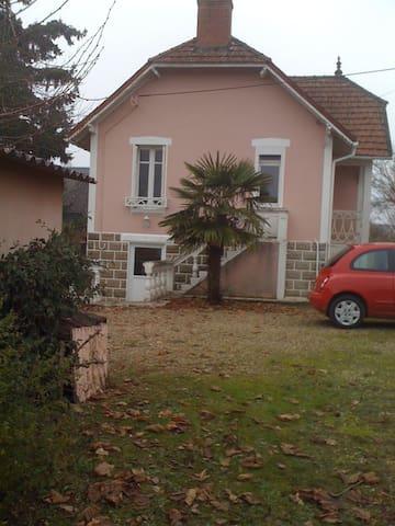 La Maison Rose de Naintré, vue du jardin, à côté du garage privé.