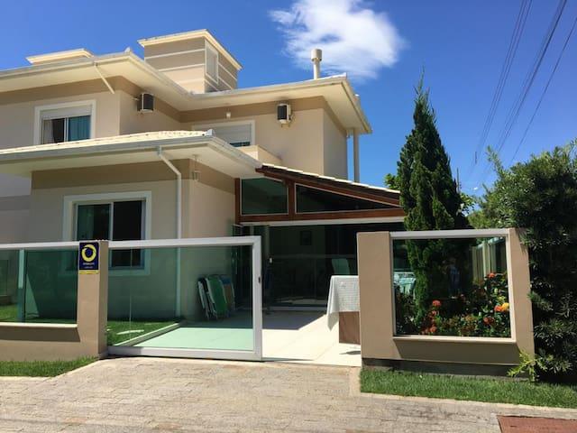 Linda casa em Palmas, 3 qrts, próx mercados!