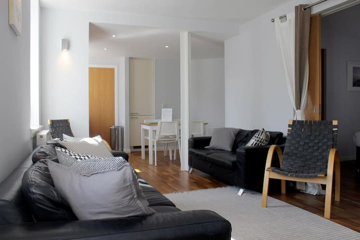 2/7 Cowgatehead - 3 Bedroom Apartment