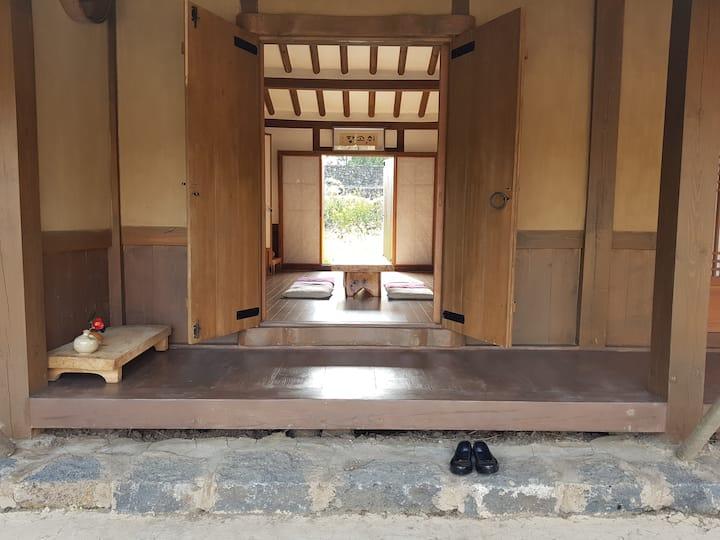 소담하고 운치있는 전통초가(방3개)에서 힐링을~~ '쉬고팡' 안거리(안채)